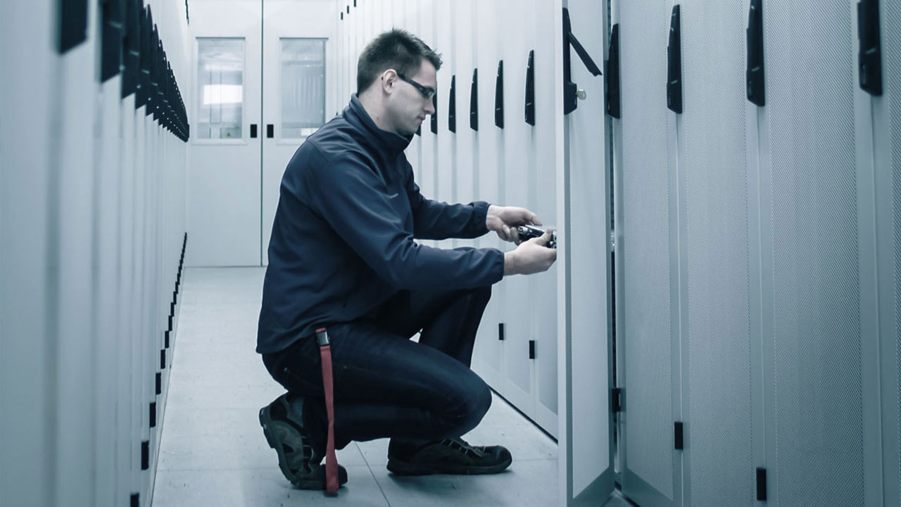 Techniker arbeitet an Serverschrank
