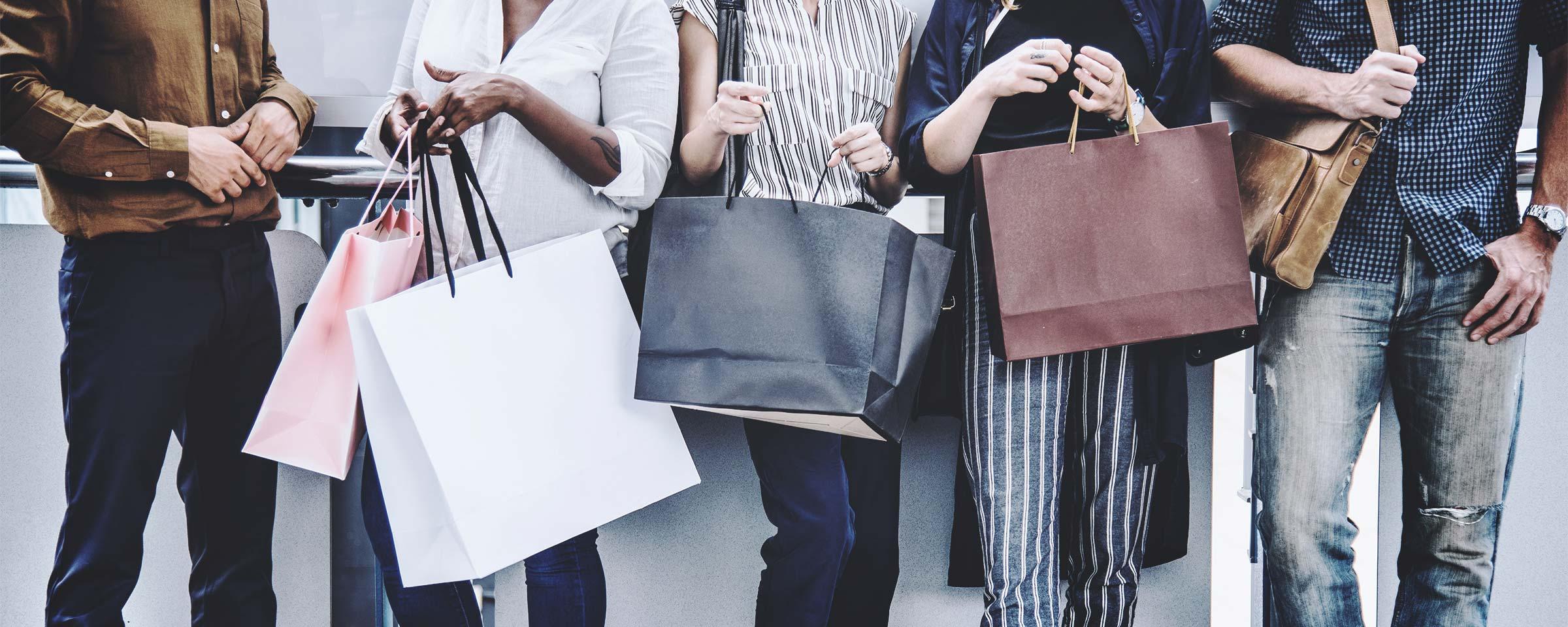 Gruppe von Menschen mit Einkaufstüten
